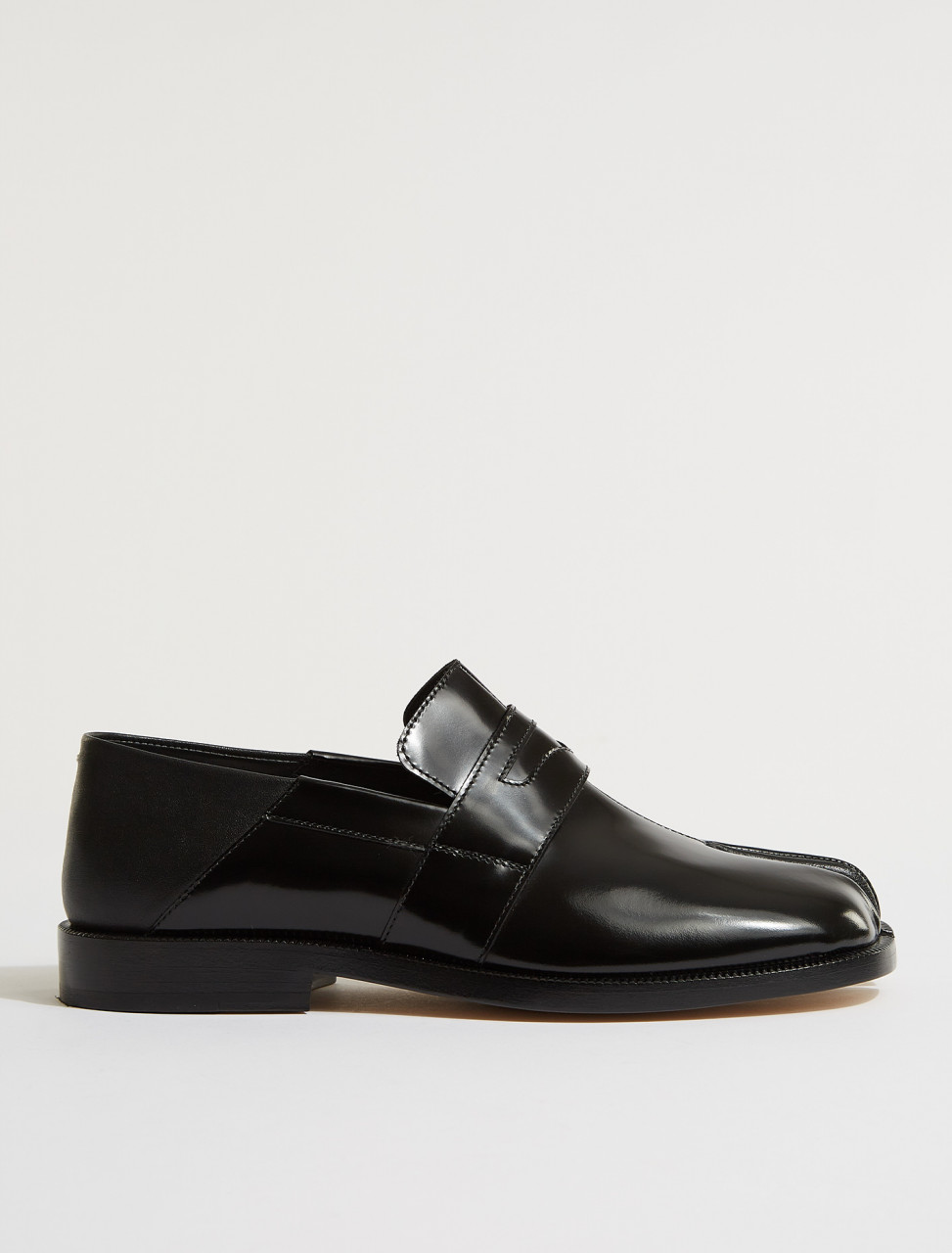 S39WR0021 MAISON MARGIELA TABI LOAFERS IN BLACK