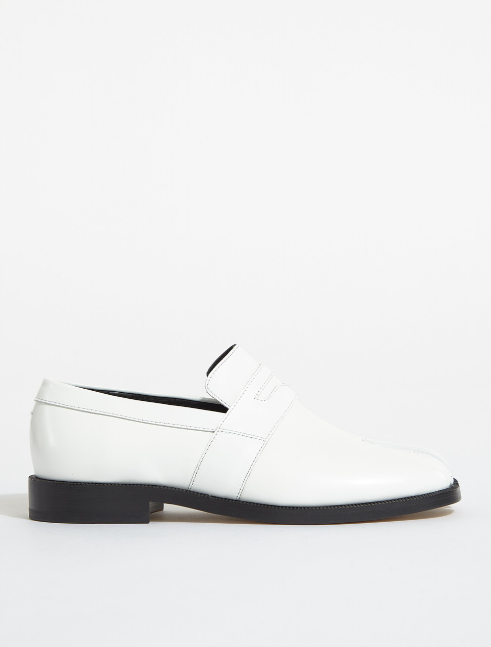 S58WR0035-PS679-T1003 MAISON MARGIELA TABI LEATHER LOAFER IN WHITE