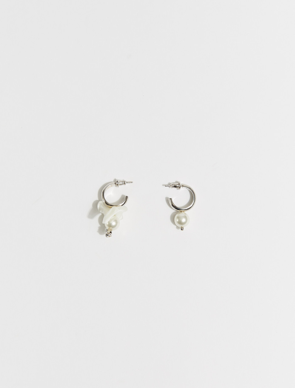 ERG250-0906 SIMONE ROCHA MIX MATCH MOTHER OF PEARL HOOP EARRING PEARL CLEAR